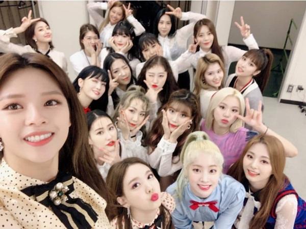 9 cô gái Twice rạng rỡ chụp tự sướng cùng dàn vũ công sau concert thành công ở Nhật.