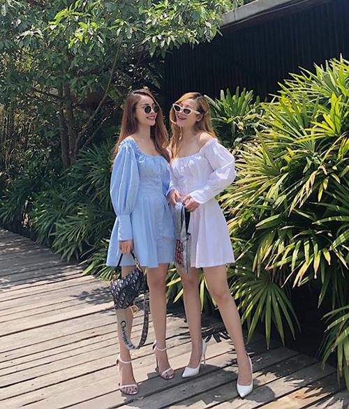 Hai chị em Yến Trang - Yến Nhi như sinh đôi với váy tay bồng kiểu búp bê.