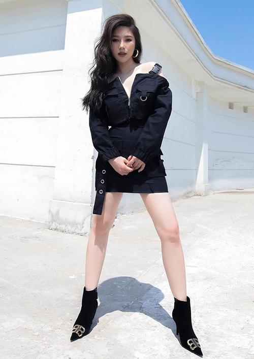 Hương Tràm đổi gió theo phong cách cool ngầu với set đồ đen khoe vòng một.
