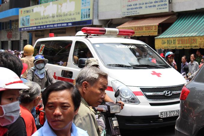 <p> 11h30 ngày 9/4, thi hài nghệ sĩ Anh Vũ được đưa về chùa Ấn Quang, quận 10, TP HCM để làm tang lễ. Từ sáng sớm, rất nhiều người dân đã tập trung về đây để đón nam nghệ sĩ.</p>