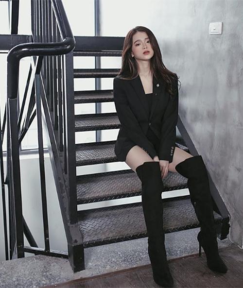 Hình ảnh trưởng thành mới đây của Linh Ka khiến không ít khán giả bất ngờ. Rũ bỏ hoàn toàn vẻ ngây thơ thời mới nổi, Linh Ka giờ ra dáng một quý cô sang chảnh với lối ăn mặc sexy không kém các mỹ nhân đàn chị.