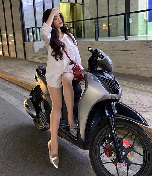 Dù không ít lần bị chê ăn mặc phản cảm, khó phủ nhận cách diện đồ này giúp Linh Ka khoe được chân thon.