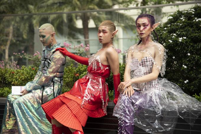 """<p> The Best Street style là một hoạt động quen thuộc bên lề Tuần lễ thời trang quốc tế Việt Nam - Vietnam International Fashion Week. Ngày đầu tiên của sự kiện này vừa khởi động, trước khi tuần lễ chính bắt đầu. Trên đường phố, các """"fashionista"""" tụ hội, khoe lối ăn mặc độc lạ.</p>"""
