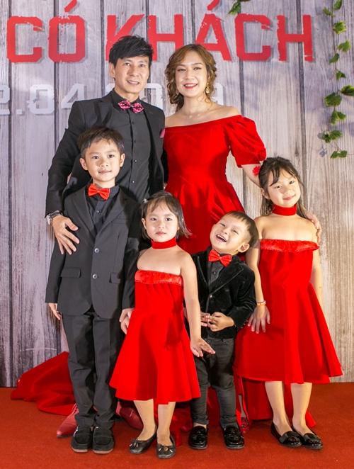 Tối 10/4, Lật mặt: Nhà có khách của Lý Hải có buổi công chiếu đầu tiên tại TP HCM với sự góp mặt của nhiều nghệ sĩ. Lý Hải - Minh Hà dẫn 4 người con cùng xuất hiện trên thảm đỏ. Họ chia ra hai phe với trang phục đen - đỏ đối lập.
