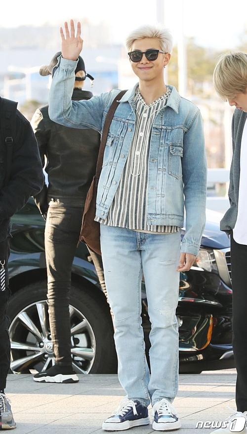 Trưởng nhóm RM khoe style năng động khỏe khăntrong những item denim.