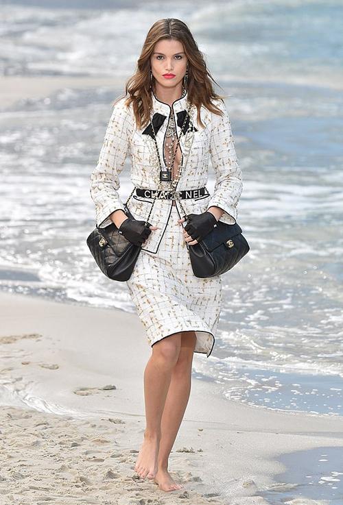 Ngay từ khi mới giới thiệu trên sàn diễn Chanel vào mùa thu năm ngoái, chiếc túi xách song sinh thuộc bộ sưu tập Xuân Hè 2019 đã được giới mộ điệu khấp khởi chờ đón. Nhà mốt danh tiếng lăng xê cách diện một lúc hai túi, vừa chứng tỏ đẳng cấp lại tăng khả năng đựng đồ đạc.