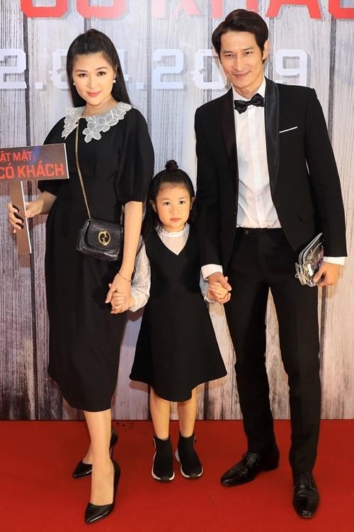 Huy Khánh -  Mạc Anh Thư tình tứ trước nhiều người. Lần thứ hai, nam diễn viên được Lý Hải mời xuất hiện trong series Lật mặt.
