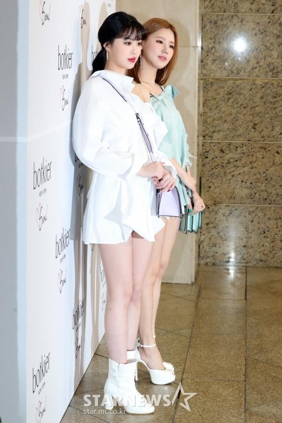 <p> Hai thành viên (G)I-DLE khoe cặp chân thon dài. Soo Jin và Mi Yeon đại diện cho hình trượng sexy, nữ tính trong nhóm.</p>