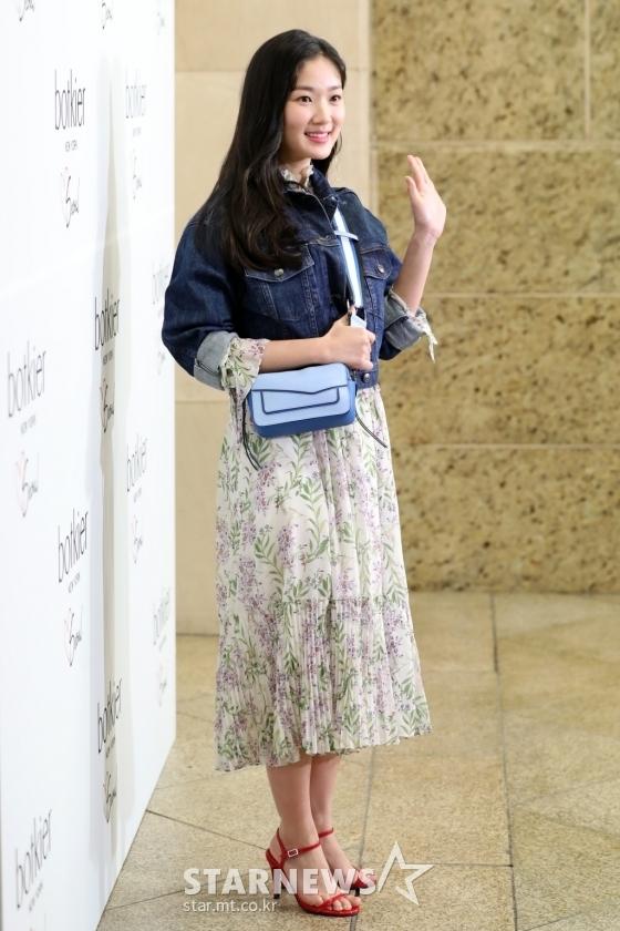 <p> Nữ diễn viên Kang Hye Won xinh xắn tạo dáng trước ống kính các phóng viên. Ngôi sao sinh năm 1996 được yêu thích nhờ vai diễn trong bộ phim <em>Sky Castle.</em></p>
