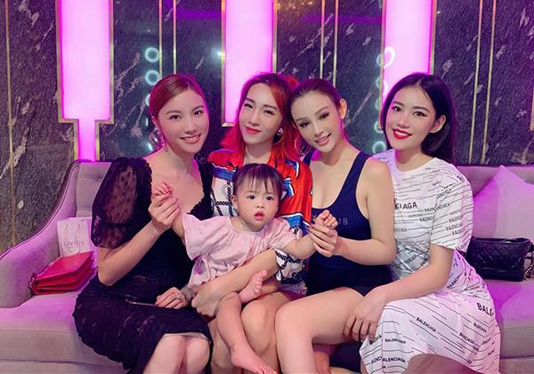 Bộ tứ mỹ nhân Hạnh Sino - Emily - Huyền Baby và Milan Phạm tụ hội đọ nhan sắc.