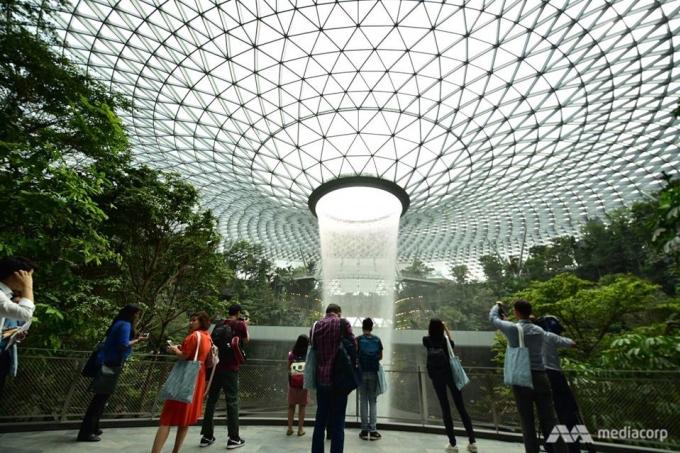"""<p> Sân bay Jewel Changi - """"Oscar sân bay"""" của thế giới - đã bắt đầu mở cửa đón du khách tham quan, mua sắm kể từ ngày 11/4 với nửa triệu vé được phát ra, trước khi được khai trương chính thức vào ngày 17/4, theo <em>CNA.</em></p>"""