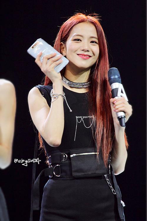 Nhiều fan chê bai rằng Ji Soo nhìn như có eo bánh mỳ chỉ vì phụ kiện đai lưng to bản, xếp túi ngay trước bụng đầy khó hiểu.