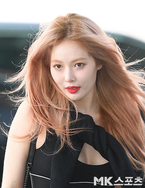 Hyun Ah một mình bay sang Mỹ mà không có bạn trai EDawn đi cùng. Nữ ca sĩ đốt mắt công chúng bằng kiểu áo bó sát, tôn vòng một căng đầy.