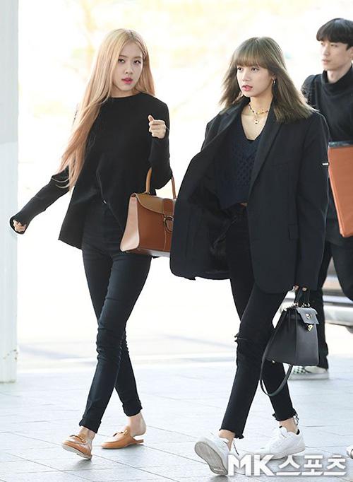 Rosé và Lisa mặc đồ đôi tông đenbí ẩn, giày đế bệt dễ di chuyển.