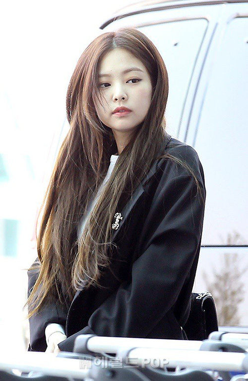 Sáng 11/4, Black Pink lên đường sang Mỹ chuẩn bị cho kế hoạch quảng bá dài hơi và tour concert. Jennie lộ khuôn mặt sưng phù, cô nàng mệt mỏi khi liên tục phải di chuyển giữa Hàn Quốc - Thái Lan - Mỹ.