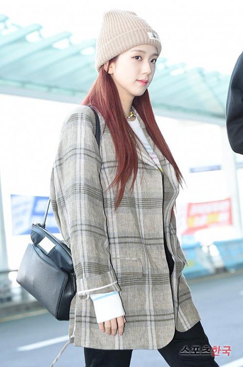 Nhan sắc của Ji Soo tiếp tục trở thành đề tài hot ở sân bay. Visual của Black Pink đáng yêu với kiểu mũbeanie. Bất chấp lịch bay kín mít, cô nàng vẫn giữ hình ảnh tươi sáng, thân thiện với phóng viên và người hâm mộ.