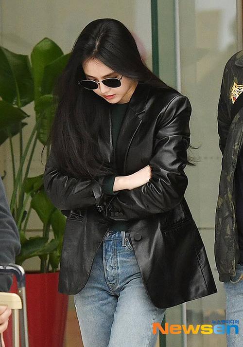 Na Eun chọn áo khoác da cool ngầu khi trở về Seoul.