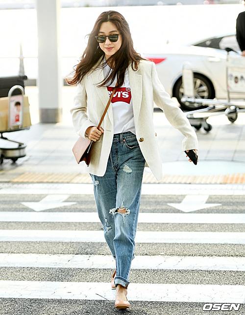 Nữ diễn viên 38 tuổi Jung Ryeo Won chọn phong cách năng động, khỏe khoắn khi ra sân bay.