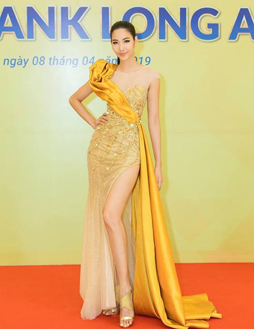 Trong sự kiện mới đây, Hoàng Thùy xuất hiện lộng lẫy với bộ cánh vàng ánh kim. Cô chọn một đôi sandals metallic để kết hợp cùng. Tuy món phụ kiện này có màu tông xuyệt tông với váy nhưng thiết kế quai chéo khá nặng nề khiến đôi chân của Hoàng Thùy trông ngắn hơn thường lệ.