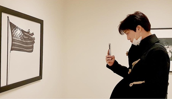 Kai (EXO) đi xem triển lãm tranh không quên chụp ảnh lại.