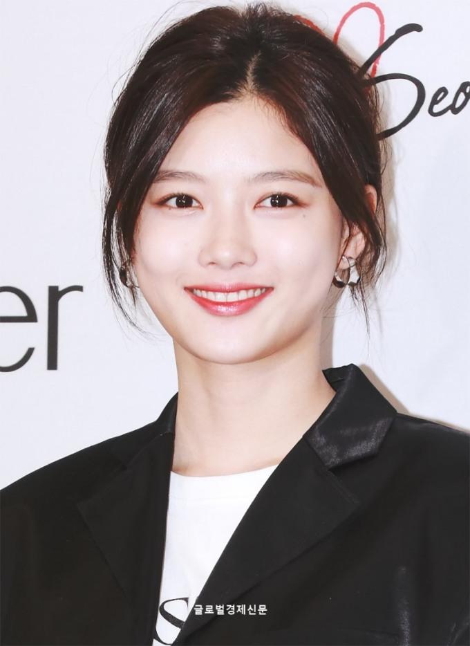 <p> Chiều 11/4, Kim Yoo Jung tham dự sự kiện. Ngôi sao sinh năm 1999 trở thành tâm điểm nhờ nhan sắc rạng rỡ.</p>