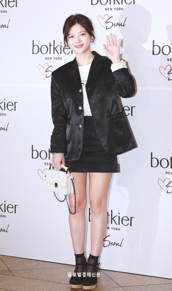 <p> Sau quãng thời gian nghỉ ốm, cô tái xuất đầy rạng rỡ. Kim Yoo Jung thay đổi sang hình tượng năng động, cá tính hơn khi cắt tóc ngắn.</p>