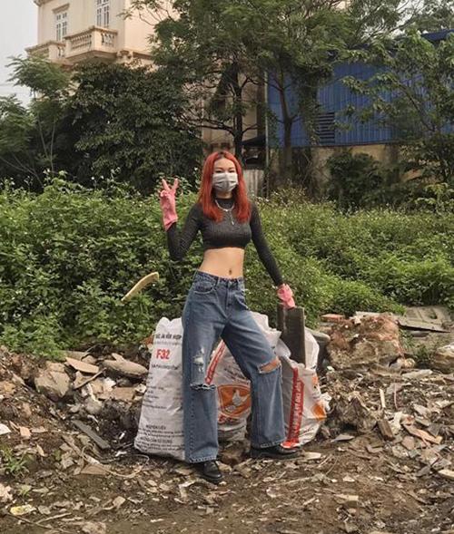 Phí Phương Anh gây thích thú khi chia sẻ hình ảnh ủng hộ phong trào Challenge for changemới đây. Cô nàng cho biết dù đi dọn rác nhưng vẫn phải lên đồ đúng đẳng cấp fashionista. Diện croptop khoe eo cùng quần jeans rách ống rộng, quán quân The Face 2016 trông chẳng khác gì đang đi chụp hình tạp chí.