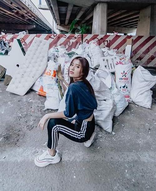 Chứng minh đẹp mọi lúc mọi nơi, Han Sara tạo dáng như đang chụp hình thời trang bên thành quả là những túi rác vừa dọn dẹp được.