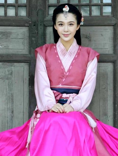 Trước đó Triệu Anh Tử được biết đến với vai diễn Trình Anh trong Thần điêu đại hiệp 2014, Lý Phi Yến trong Võ thần Triệu Tử Long.
