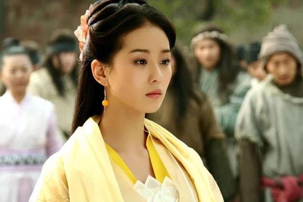 Hoàng sam nữ tử của Lưu Thi Thi có diện mạo xinh đẹp, khí chất thanh  khiết như tiên nữ. Tuy nhiên diễn xuất của nữ diễn viên còn non, ánh  mắt bị cho là vô hồn, biểu cảm trầm buồn ủ dột thay vì lạnh lùng.
