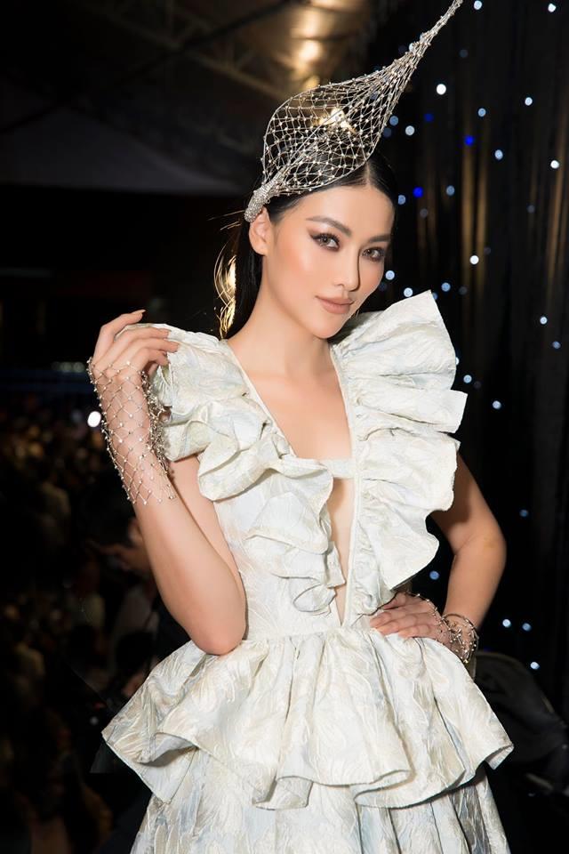 <p> Hoa hậu Phương Khánh mặc váy xẻ đến rốn, đầu đội mũ lạ mắt.</p>
