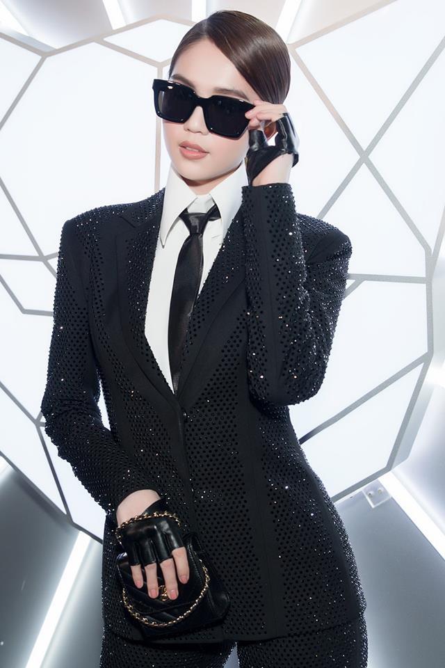 """<p> Ngọc Trinh có sự thay đổi đáng kể trong lần xuất hiện này. Chán các kiểu váy ôm sát khoe dáng, chân dài chuyển sang phong cách """"chuẩn men"""" với cả bộ suit đen, lấy cảm hứng từ phong cách ăn mặc của Karl Lagerfeld.</p>"""