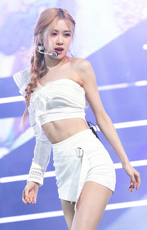 Gần đây, trong màn comeback với mini-album Kill this love, outfit trình diễn của Rosé cũng là những item khoe dáng hết cỡ. Trên sân khấu Dont know what to do ngày 7/4, Rosé đốn tim fan với set đồ màu trắng vừa gợi cảm vừa