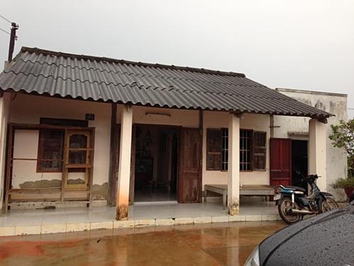 Trở thành trụ cột kinh tế gia đình, Vy Oanh kể, mỗi năm, cô vừa đi làm thêm, vừa đi hát và kiếm tiền, giúp cha mẹ xây được một vách nhà. Sau bốn năm, cô xây được cho bố mẹ căn nhà cấp bốn lợp fibro xi măng thay cho ngôi nhà đất trước kia.
