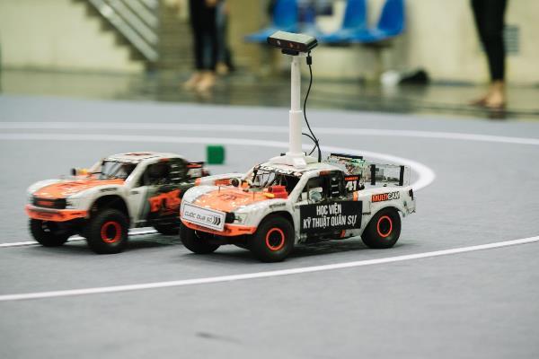 UET Fastest dẫn đầu về tốc độ xe chạy với chiến thuật chỉnh góc quay của camera