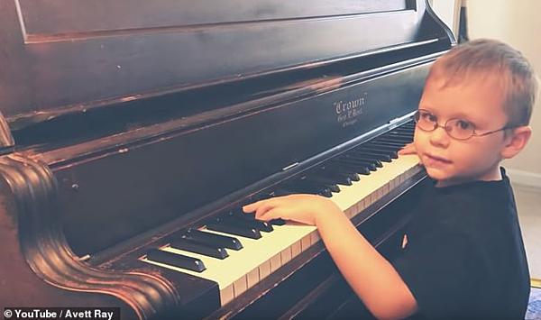 Cậu bé Avett đánh piano và hát ca khúc nổi tiếng