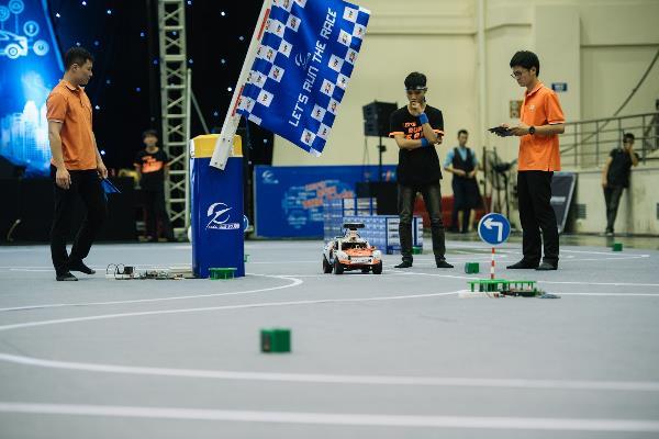 Đội thi phải lập trình các thuật toán giúp xe tự di chuyển trên sa hình