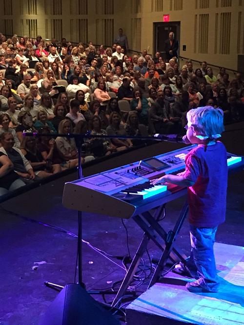 Cậu bé trong một biểu biểu diễn hòa nhạc tại địa phương.