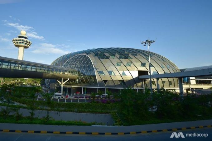 <p> Tổ hợp mới này được kỳ vọng giúp sân bay Changi gây ấn tượng, để có năm thứ bảy liên tiếp được tổ chức hàng không Skytrax đánh giá là sân bay tốt nhất thế giới.</p> <p> Mới đây, hãng Singapore Airlines của nước này cũng được trang web du lịch nổi tiếng TripAdvisor xếp thứ nhất trong danh sách hãng hàng không tốt nhất thế giới năm 2019.</p>