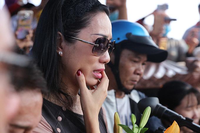 <p> Trịnh Kim Chi trong giây phút chứng kiến Anh Vũ được an táng.</p>