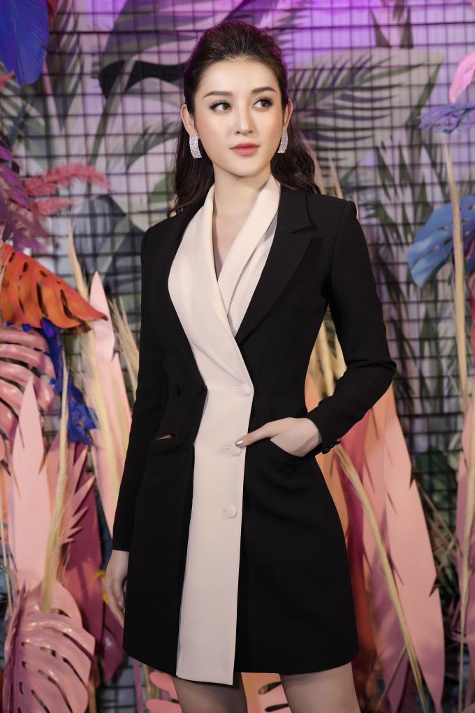 """<p> Bộ váy với kiểu dáng vest """"kín cổng cao tường"""" mang lại vẻ nền nã, duyên dáng cho Á hậu Việt Nam 2014.</p>"""