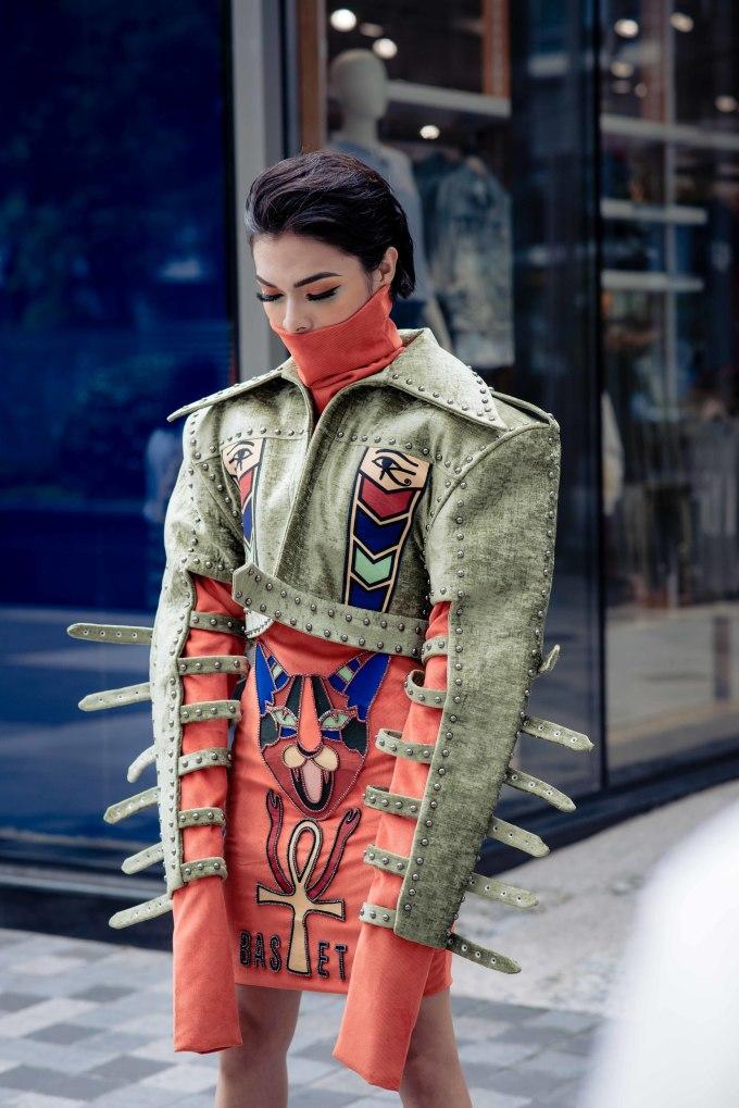 """<p> Khác với những tuần lễ thời trang khác trên thế giới, sự kiện street style ở Sài Gòn bị biến thành một """"lễ hội hóa trang"""".</p>"""