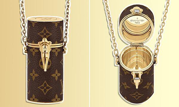 Tuy chỉ đựng vừa một thỏi son, chiếc túi mini này vẫn có mức giá trên trời là 1.390 USD (tương đương 32 triệu đồng). Hộp đựng kèm theo quai xích để bạn có thể biến thành một chiếc túi đeo chéo độc đáo hoặc đeo như vòng cổ.