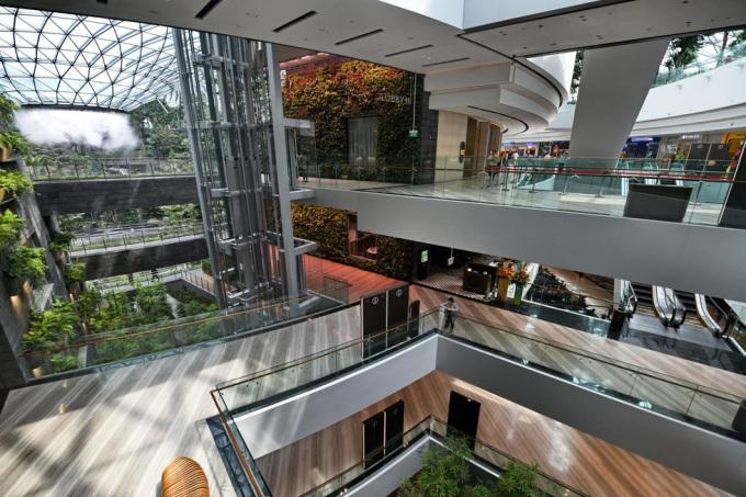 <p> Tổ hợp bao gồm 5 tầng nổi và 5 tầng ngầm, có 280 cửa hàng bán lẻ, chuỗi thức ăn nhanh, nhà hát. Tập đoàn sân bay Changi (CAG) cho biết, Jewel có quầy làm thủ tục nhận phòng sớm, dịch vụ lưu trữ hành lý, Changi Lounge với 150 ngồi. Ngoài ra còn có khách sạn với 130 buồng ngủ để phục vụ hành khách.</p>