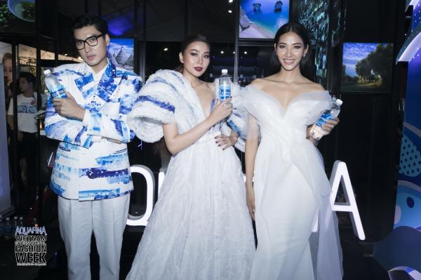 BST thiết kế nhãn chai phiên bản giới hạn Aquafina đã có màn ra mắt ấn tượng tại buổi khai mạc tuần lễ thời trang Aquafina Vietnam International Fashion Week trong sự quy tụ hàng loạt gương mặt đình đám của showbiz Việt.