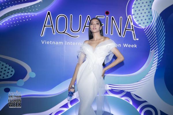 Ông Trịnh Việt Anh - Giám đốc Cấp Cao Marketing Công ty TNHH Nước giải khát Suntory PepsiCo Việt Nam cho biết, là một trong những thương hiệu nước uống đóng chai được ưa chuộng hàng đầu tại Việt Nam và Mỹ, BST thiết kế nhãn chai phiên bản giới hạn 2019 tiếp tục là lời khẳng định của Aquafina truyền cảm hứng đến giới trẻ, giúp họ tìm thấy chính mình qua lăng kính thời trang. Chúng tôi tin rằng từ trong mỗi cá nhân đã vốn luôn tồn tại những sắc màu, phong cách riêng biệt tạo nên sự nổi bật trong phong cách của mỗi người. Bạn không cần phải chạy theo xu hướng hay áp đặt bất kỳ điều gì lên phong cách thời trang, mà tự do và thuần khiết chính là hai sắc thái đặc trưng tạo nên phong cách cho chính bạn, ông Trịnh Việt Anh chia sẻ thêm.