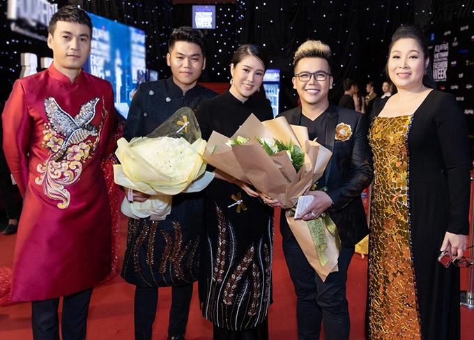 <p> Diễn viên Ngọc Thuận (áo dài đỏ), NSND Hồng Vân cùng vợ chồng Lê Phương chúc mừng nhà thiết kế Minh Châu (đeo kính) ra mắt BST mới.</p>
