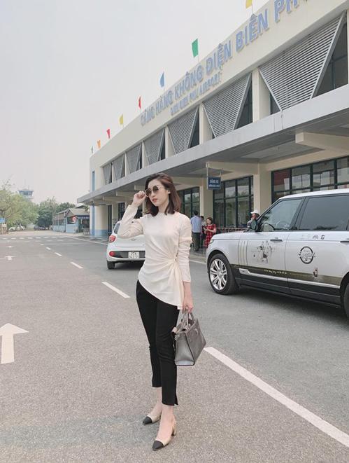 Mỹ Linh vượt một quãng đường xa xôi để đến Điện Biên nhưng bước xuống xe vẫn nguyên thần thái sang chảnh.