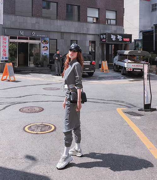 Elly Trần trẻ trung trên đường phố Hàn Quốc.