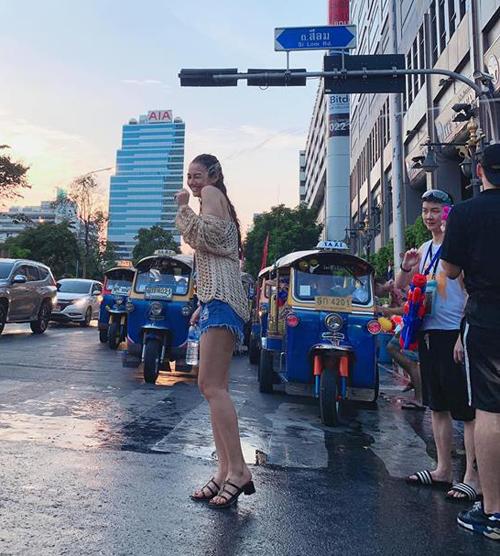 Hồng Quế đi Thái Lan tham gia lễ hội té nước cùng bạn bè.